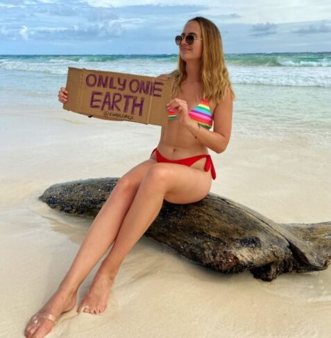 girl with the sign only one earth